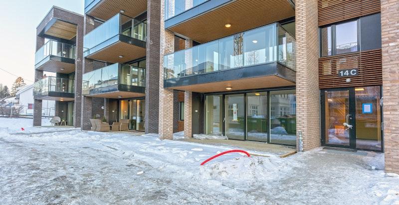 Bygget stod ferdigstilt ultimo februar. Utomhusarealer vil bli pent opparbeidet sommer 2018.