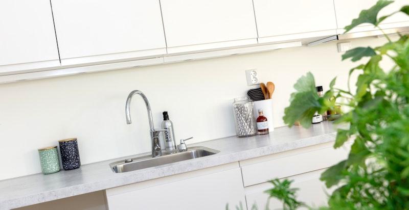 Videre har kjøkkenet avsatt plass og opplegg for oppvaskmaskin, stekeovn og skrog/fronter til komibskap. Kjøkkenet leveres med hel benkeplate uten hulltaking for platetopp.