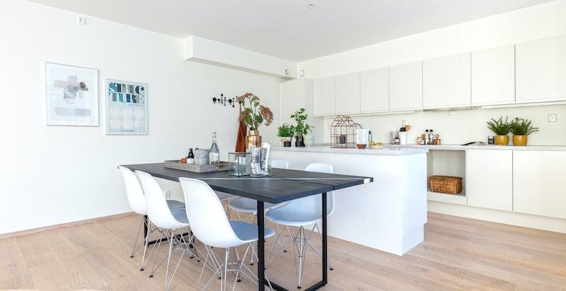Kjøkkenet er praktisk utformet med gode oppbevaringsmuligheter samt kjøkkenøy som tilrettelegger for en sosial arena.