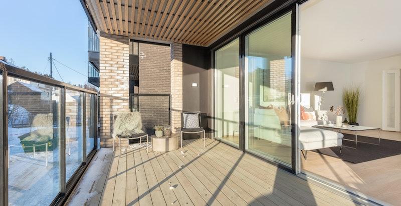 Flott 4-roms selveierleilighet beliggende i 2. etasje med vestvendt balkong på 14 kvm med fine solforhold på ettermiddag- og kveldstid midtsommers.