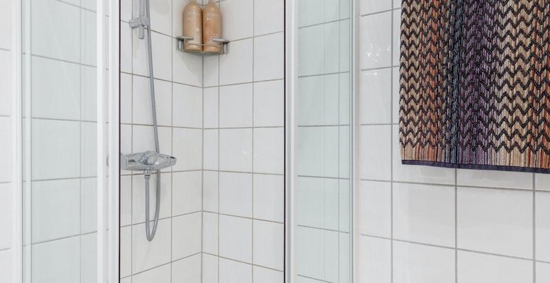 Vegghengt dusj med dusjvegger.