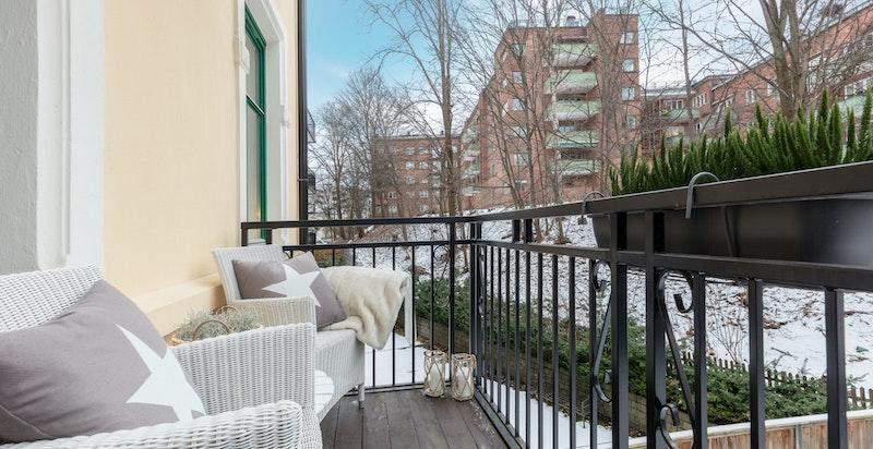 Fra stuen er det utgang til en hyggelig balkong