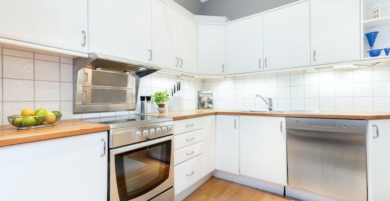 Kjøkkenet har god skap- og benkeplass. Hvitevarer medfølger.