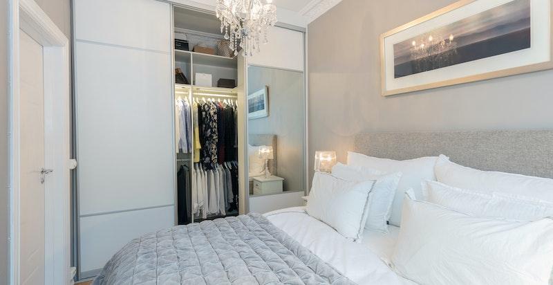 Soverom med walk-in-garderobe