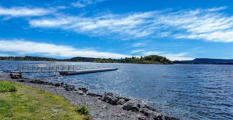 Nærområdet - Storøya med badebrygge, kiosk, vollyballbaner mm.