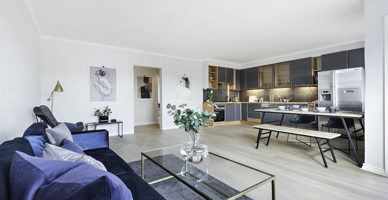 -Stue og kjøkken med god plass til sofagruppe og spisestue-