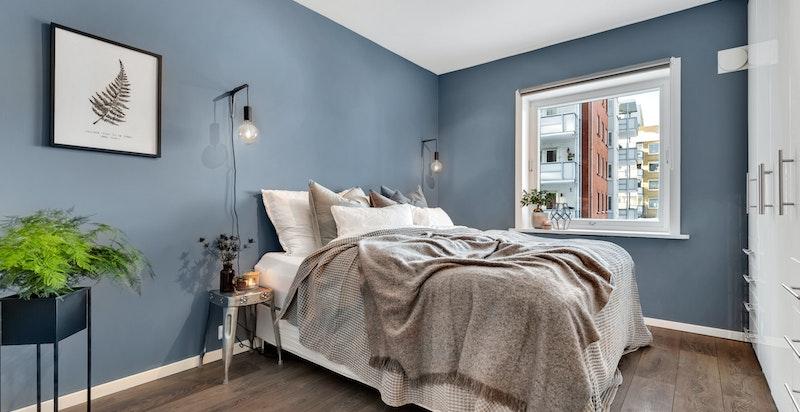 Stort og luftig soverom med rikelig garderobeplass