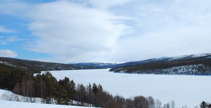 Nede ved Atnsjøen har eiendommen 2 båthus