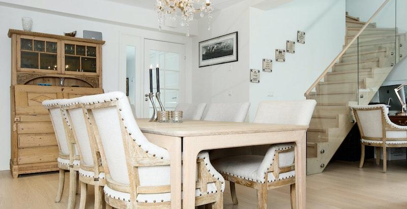 God plass til spisebord i hovedstuen