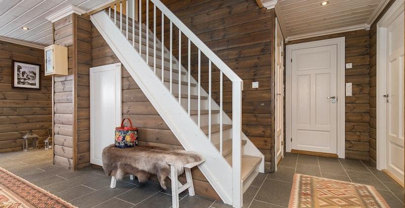 Hall med trapp opp til 2. etg