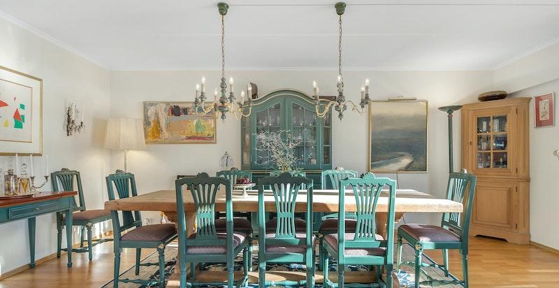 Spisestue med store lysflater og utgang til veranda