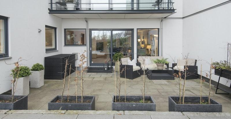 Romslig terrasse ut fra stuen