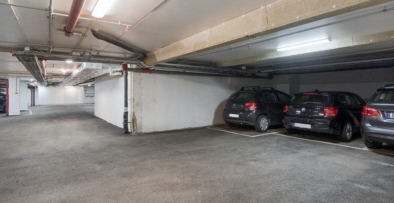 Medfølgende garasjeplass i lukket anlegg med mulighet for elbil-lading