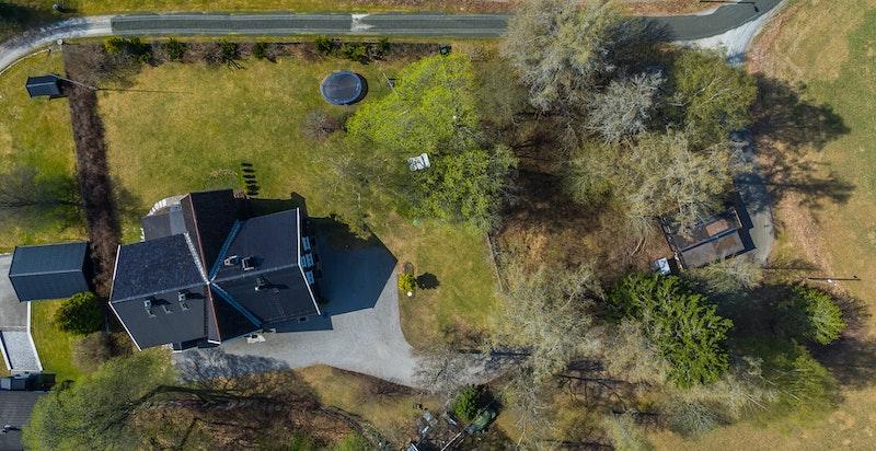 - Oversikt - bolig med stort hageanlegg -