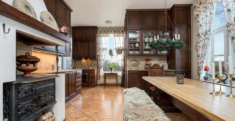 -Kjøkken med stort spisebord-