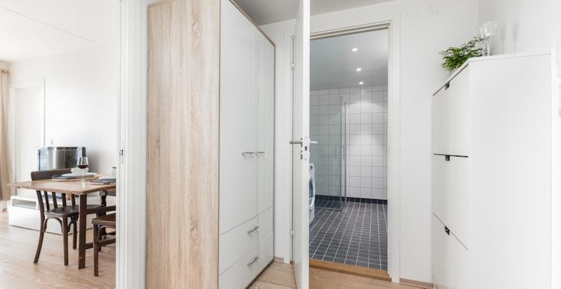 Hyggelig og innbydende entré. Her er det garderobe, samt praktisk innvendig bod.