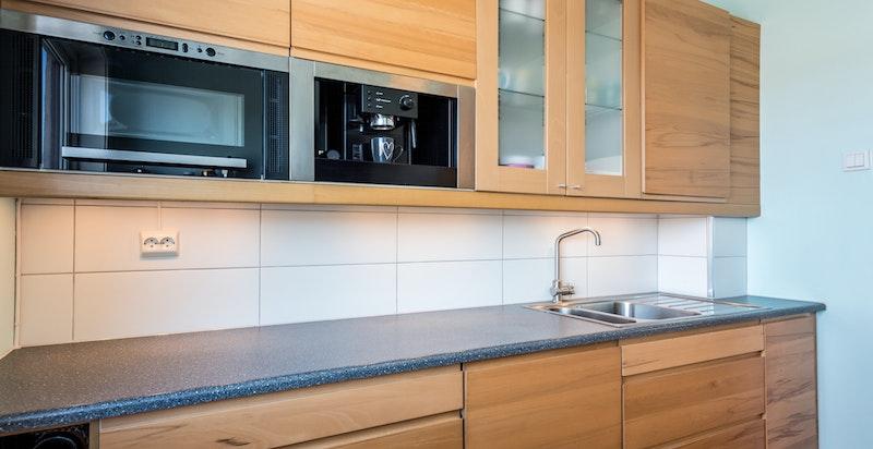 Integrerte hvitevarer som består av: stekeovn, keramisk koketopp, oppvaskmaskin, kaffemaskin, mikrobølgeovn og kjøl/frys.