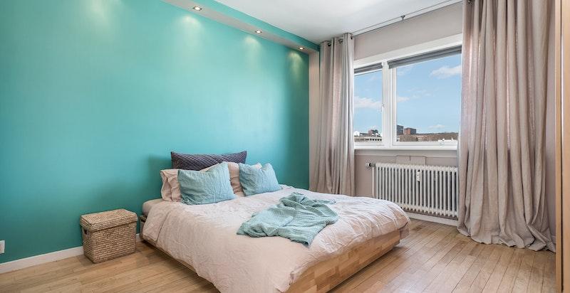 Romslig hovedsoverom med godt med garderobeskap og god plass til dobbeltseng.