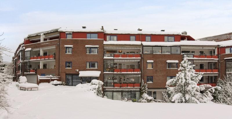 Velkommen til Stasjonsvn 4, toppetasjen i hjørnet av bygningen, presentert av Halvor Jøst Heyerdahl, Sem og Johnsen Eiendomsmegling