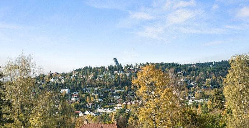 Utsikt fra terrassen opp mot Holmenkollen.