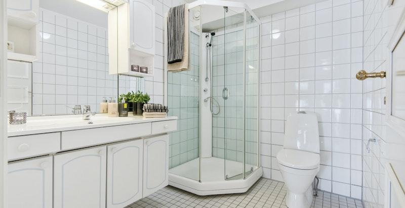 Dusjbadet med toalett.
