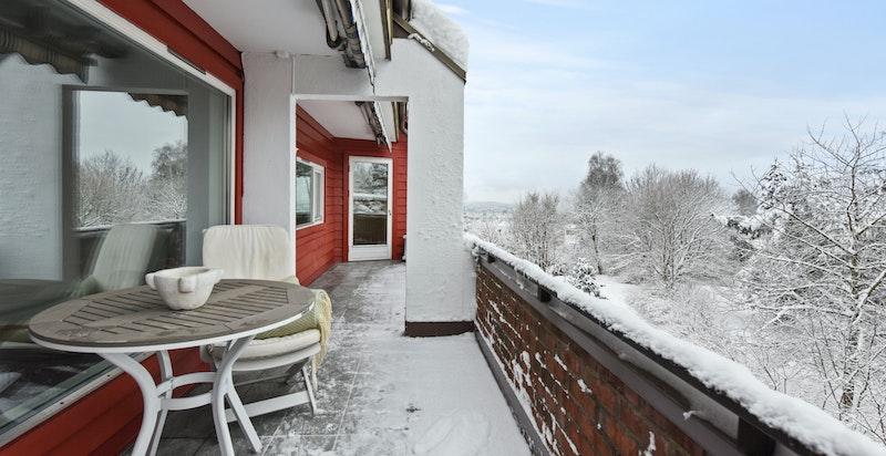 Terrassen en vinterdag i januar måned. Terrassen gir leilighgeten mye lys og luft...
