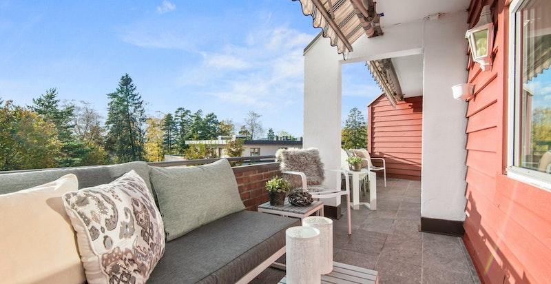 Terrassen gir rom for hyggelig samvær på sommerstid.