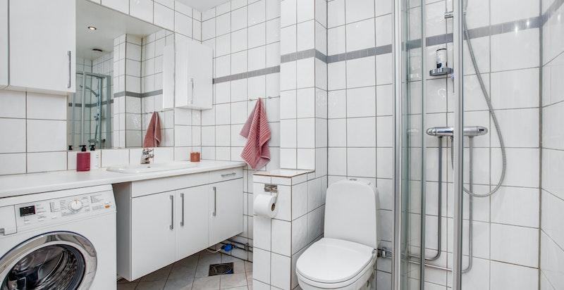 Badet er flislagt, gulvvarme, har opplegg til vaskemaskin mm...