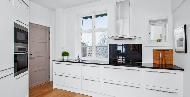 Kjøkkeninnredningen kommer fra Crown Kitchen i Bygdøy Alle.