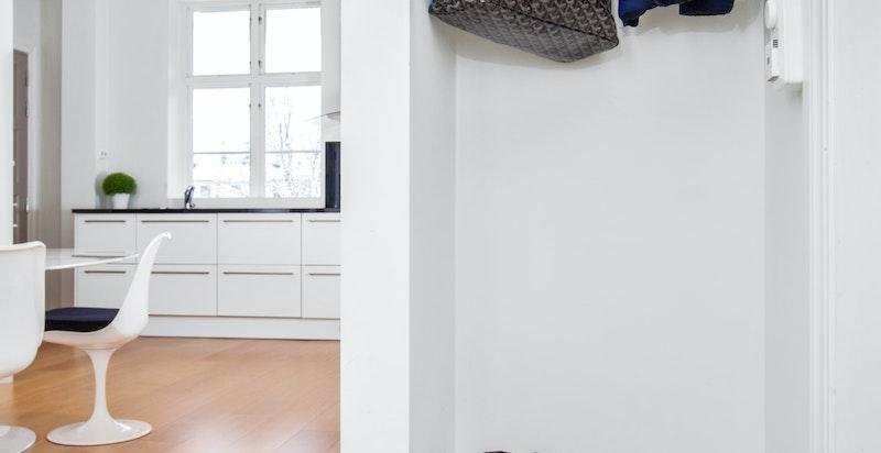En garderobe innfelt i veggen mellom spisestuen og badet.