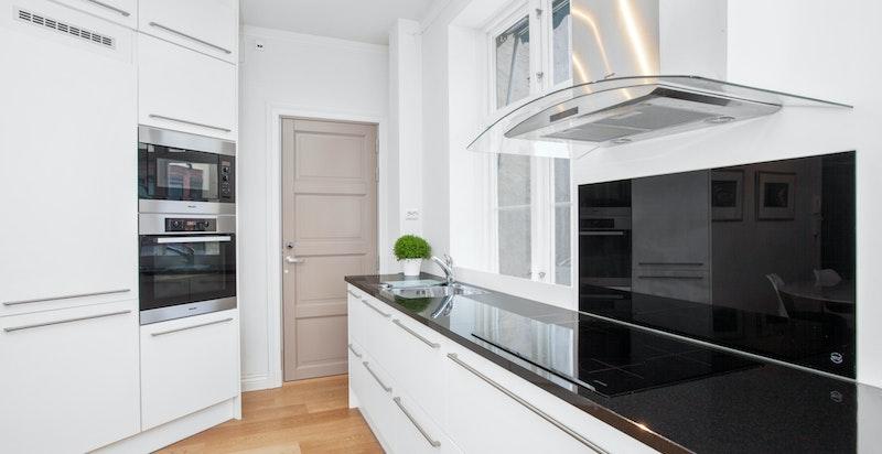 Kjøkkenet har benkeplate i solid granitt, kraftig avtrekk og godt med arbeidsplass.