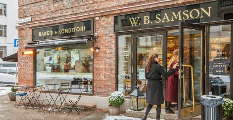 Den kjente bakeren Samson med ferske brød hver dag ved inngangen til leiligheten...