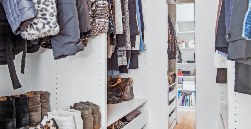 Walk-in-closet til hovedsoverommet.