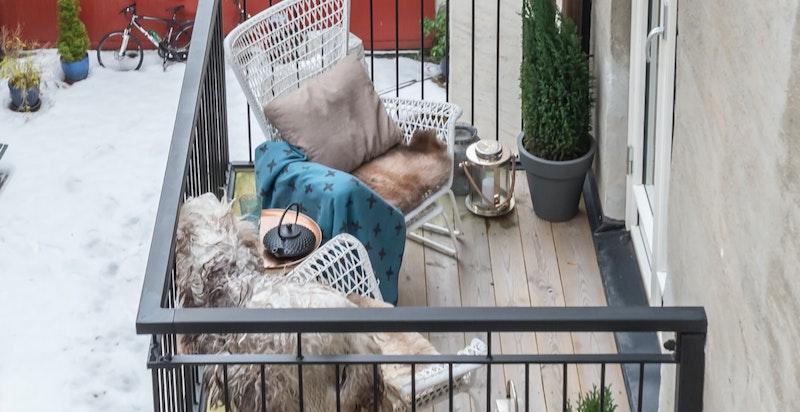 Leiligheten har en flott balkong mot bakgården. Balkongen måler ca. 130 x 220 cm