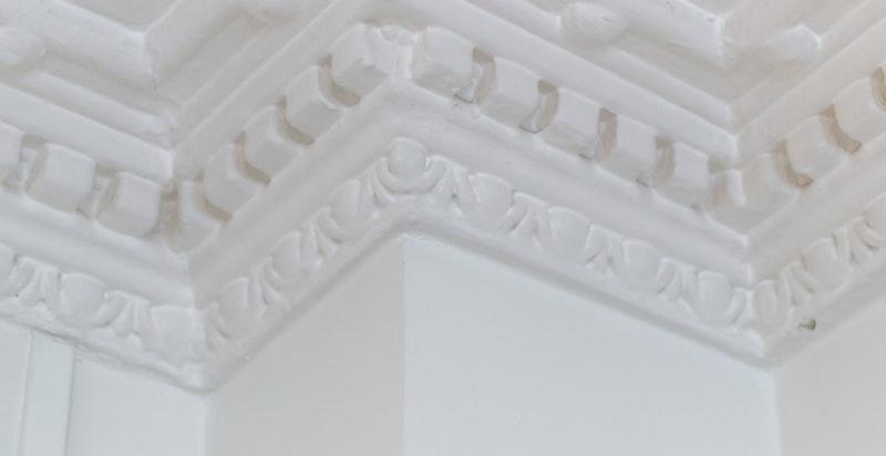 Originale stukkaturer i store deler av boligen.