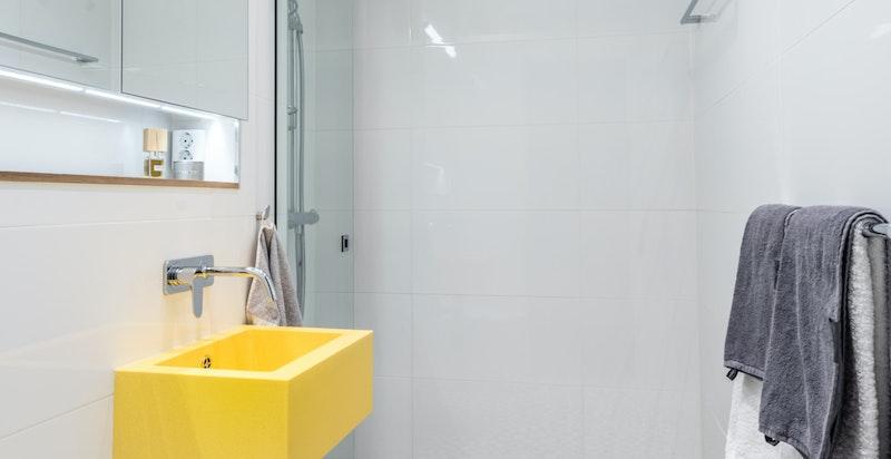 Delikat og nyere (2012) baderom med dusjnisje, servant og toalett.