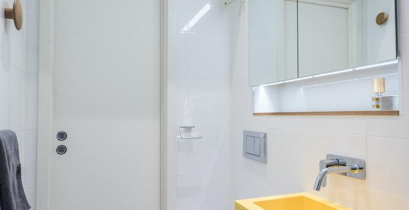 Varmekabler i gulvet, mosaikkfliser på gulv og 30x60cm fliser på vegg.