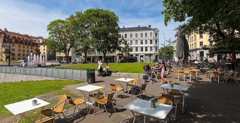 Området rundt leiligheten har flere hyggelige parker og et rikt utvalg av restauranter
