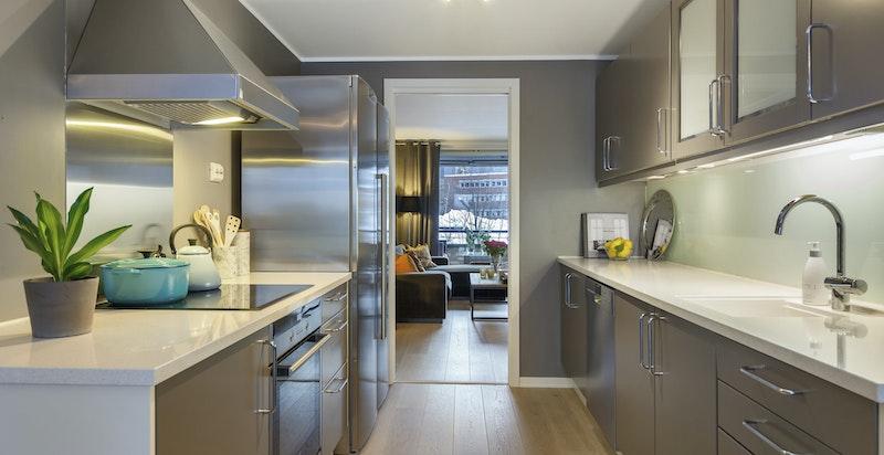 Kjøkken - integrerte hvitevarer og Silestone benkeplater. God arbeidsplass.