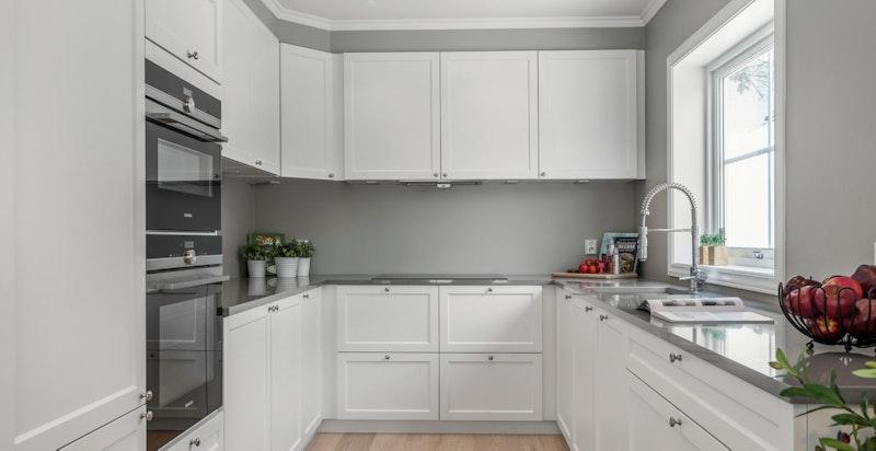 Kjøkken fra Kvik med Silestone benkeplate, integrerte hvitevarer og downlights i himling