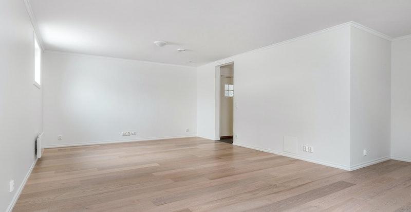 Stor kjellerstue (del av hybel) med opplegg kjøkken i veggen. Full bostandard. Gode lysforhold.
