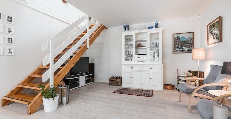 Plass til TV-seksjon under trappegang