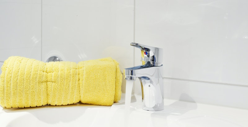 Badet inneholder vegghengt wc, servant, dusjhjørne og opplegg til vaskemaskin/tørketrommel.