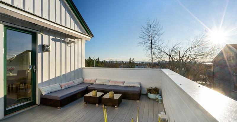 Veranda på 16 kvm med gode solforhold og flott utsikt