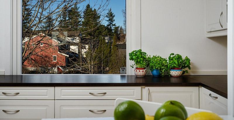 Pent, åpent kjøkken med god lagringsplass