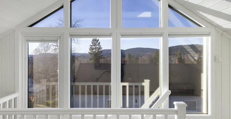 Loftsstuen er lys med store vindusflater og god takhøyde