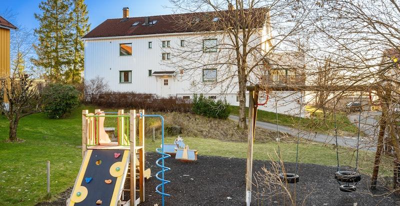 Lekeplass rett utenfor bygget