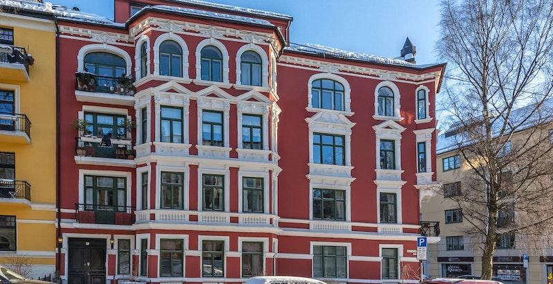 Fasade. Høyt og rolig beliggende i hjørnet mot Ole Vigs gate