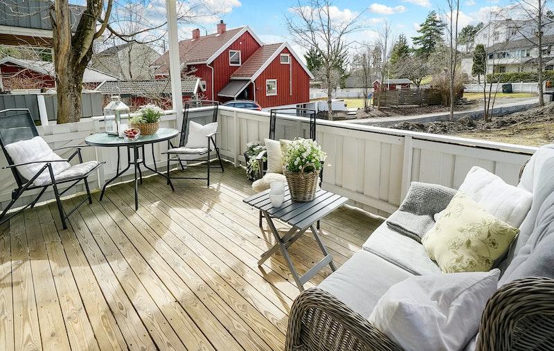 Stor og solrik veranda med adgang til felles hage