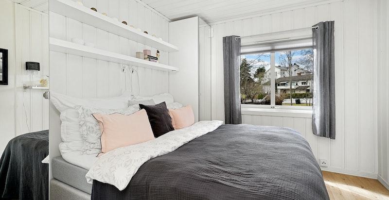 Romslig hovedsoverom med god plass til dobbeltseng og garderobeskap